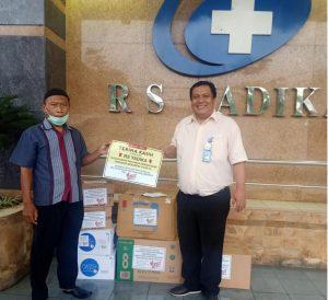 Saat Perempuan Tangguh Indonesia dan Relawan Covid 19 menyerahkan bantuan. (foto:ist)